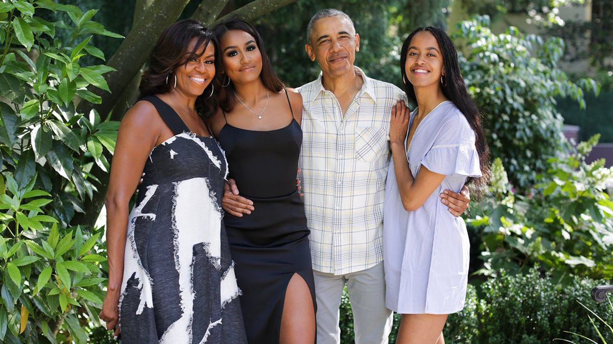 Michelle Obama posts family photo for Thanksgiving