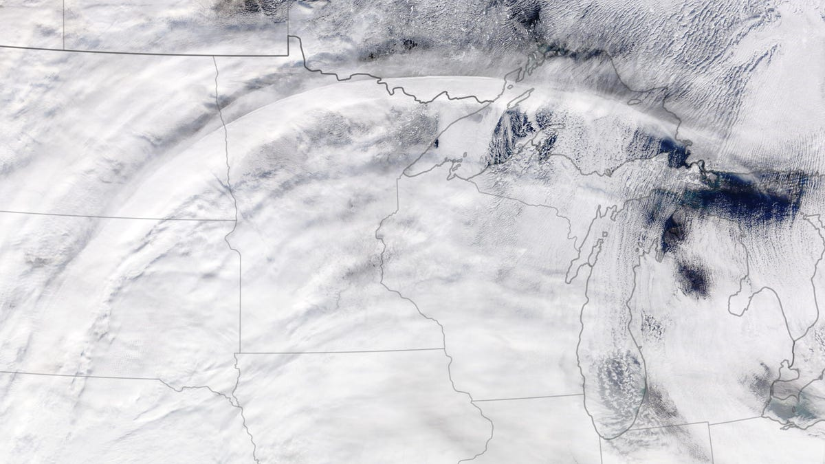 A Weirdly Perfect Cloud Curve Appeared Over the US