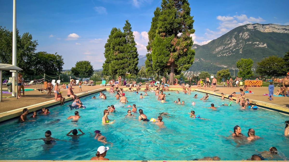 El supuesto reto viral de cagar en piscinas públicas de España