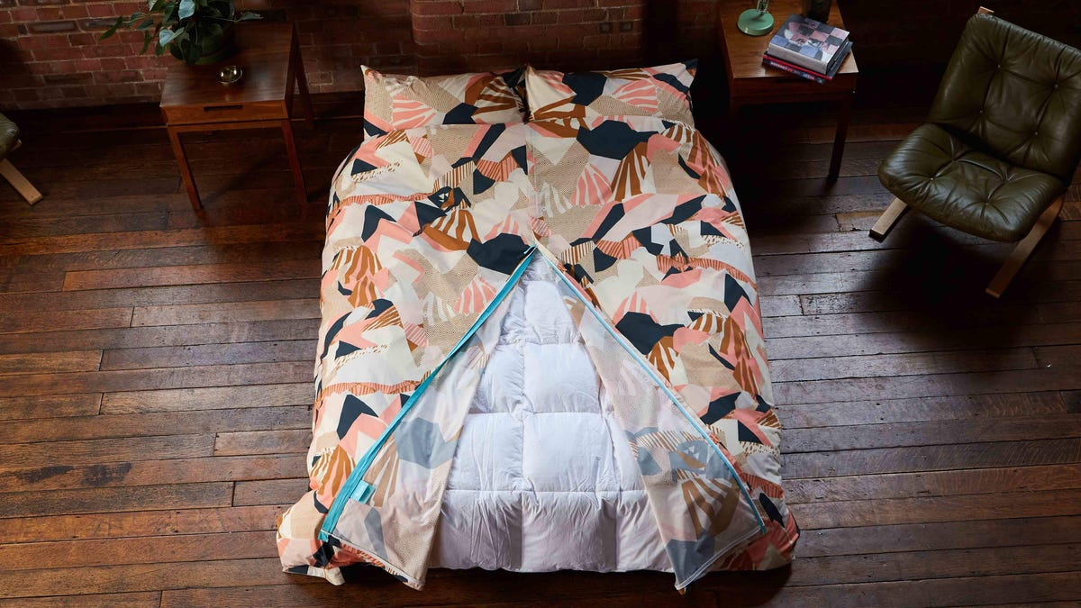 This Record-Breaking Duvet Cover Wants to Spare You the Hassle of Making Your Bed After Washing the Sheets