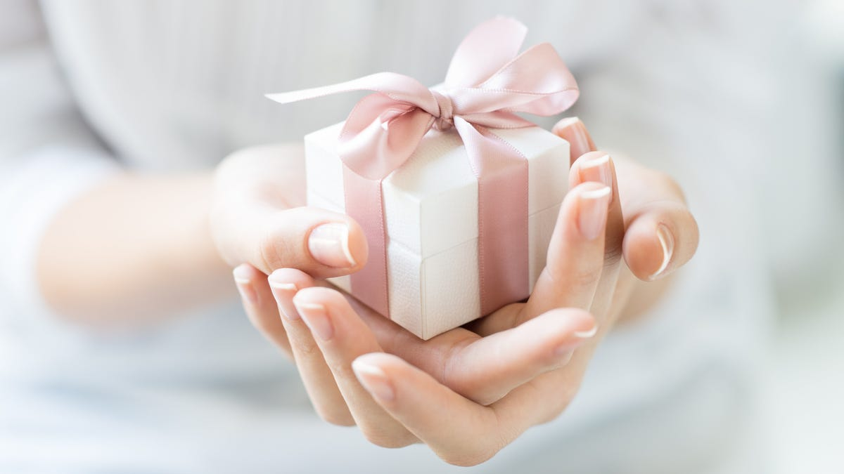 Avoid Those 'Secret Sister' Gift Exchanges on Facebook