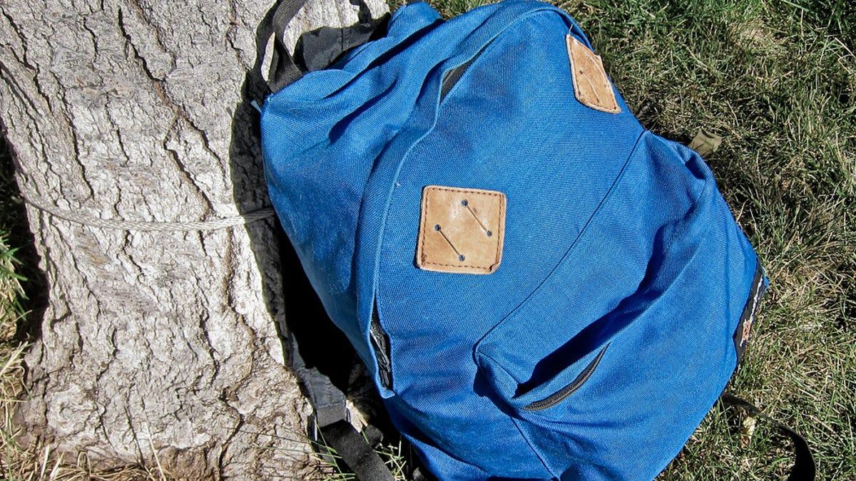 Para qué sirve realmente el parche con forma de diamante de las mochilas