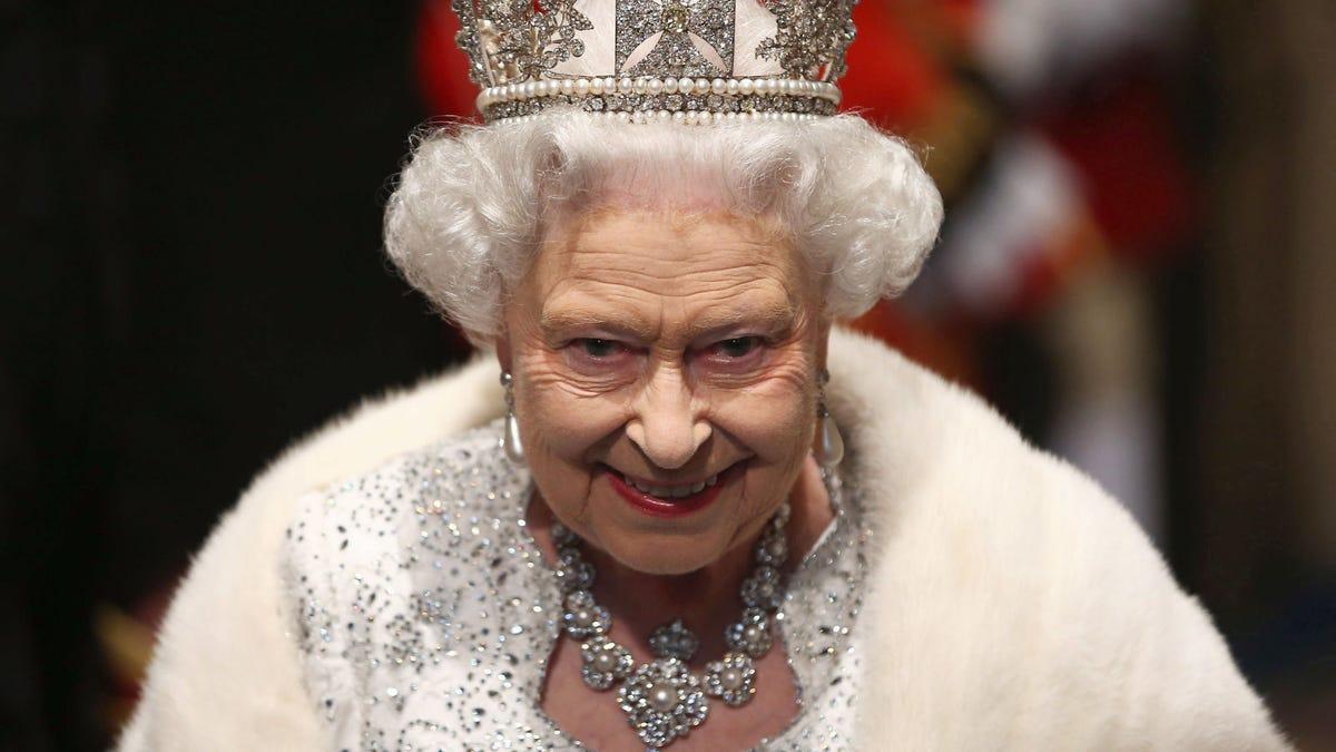La reina Isabel II podría matar a Meghan Markle y salir indemne, y otras 25 rarezas de la loca monarquía britá