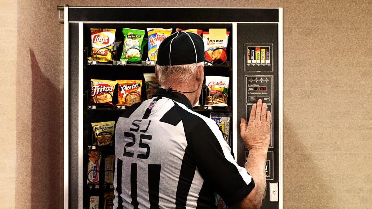 Πανικοβλήθηκε Ο Διαιτητής Προσπαθεί Να Ανακτήσει Super Bowl Νόμισμα Μηχανή Πώλησης Πριν Από Το Άνοιγμα Εκτίναξη