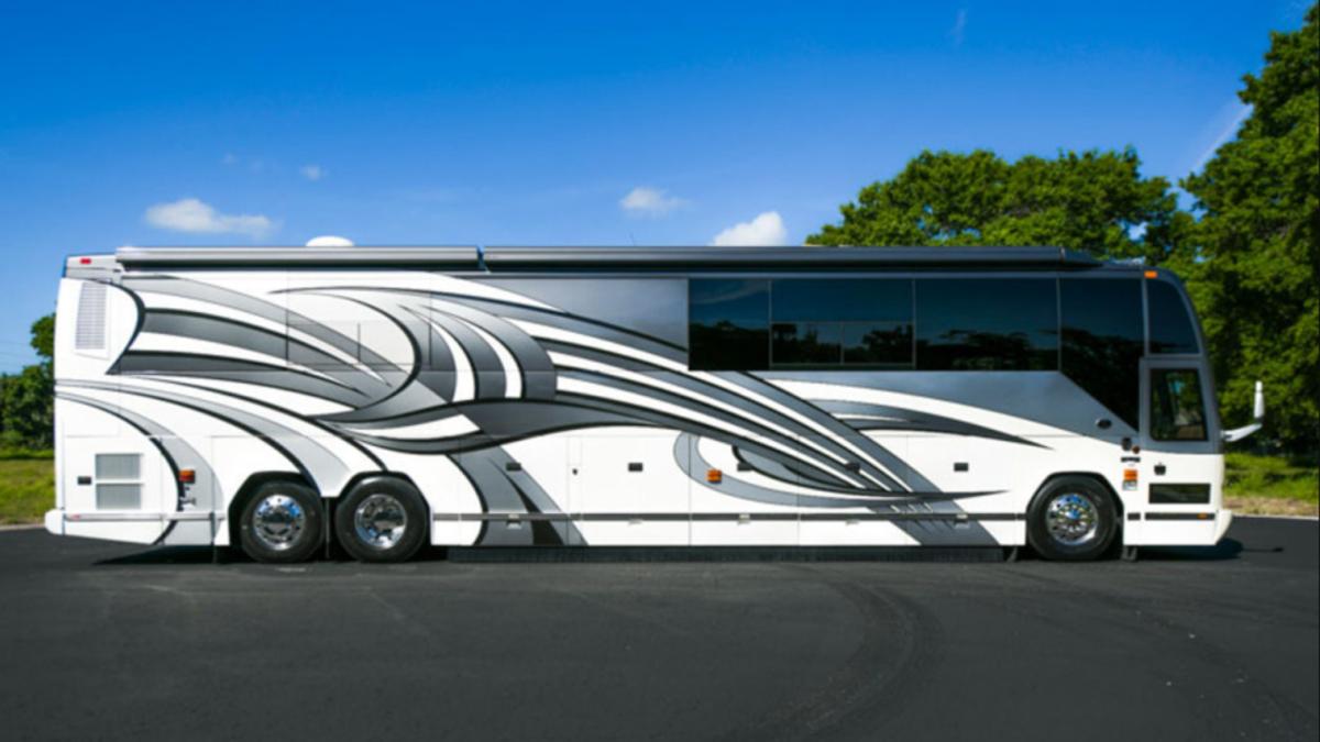 Esta monstruosa caravana tiene dos baños y un dormitorio en el sótano