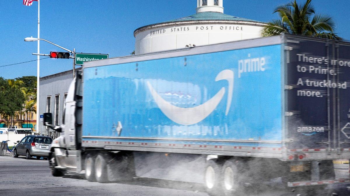 Amazon Fordert Treiber Zu Liefern, die Pakete Schneller Durch Umreifung Cinder Block Auf LKW ' s Accelerator