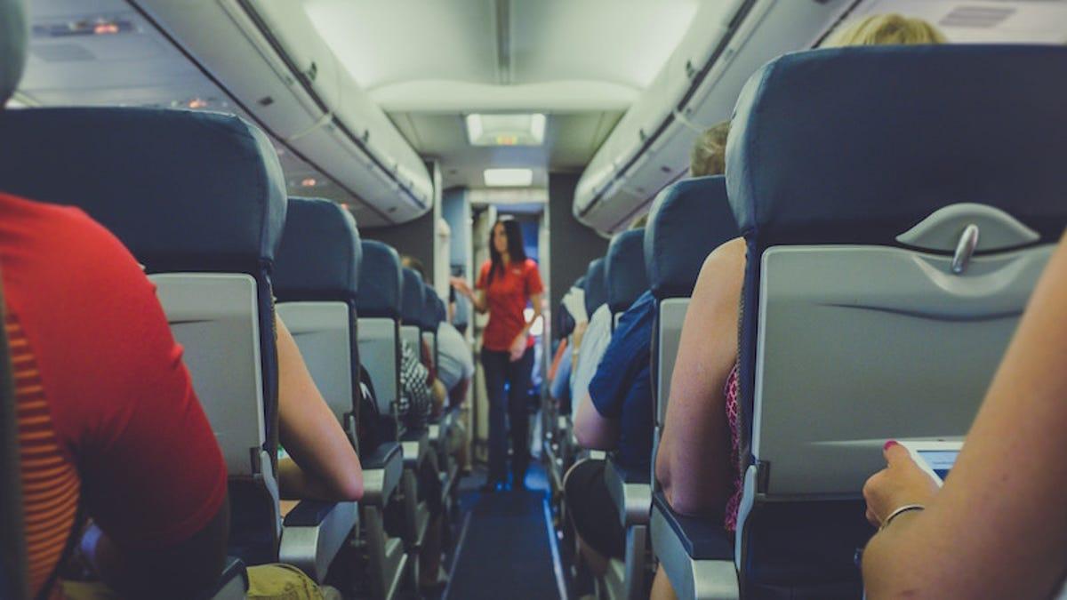 """Esta es la diferencia entre los asientos de """"turista plus"""" y """"turista premium"""" en los aviones"""