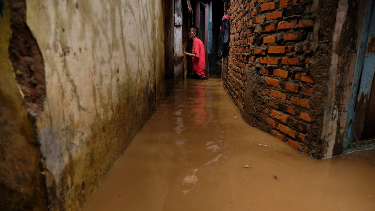 Indonesia Relies On Weather Control to Stop Rains In The Middle Of Fatal Floods thumbnail