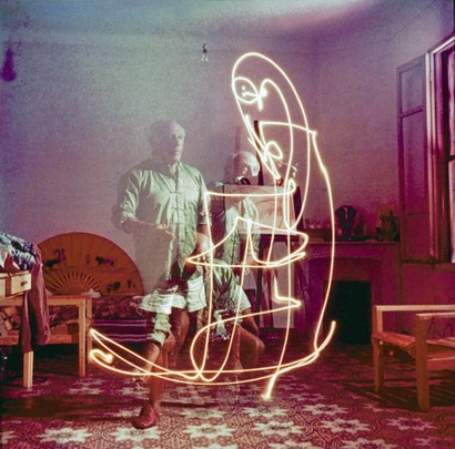 Beautiful vintage pictures of Picasso drawing with light