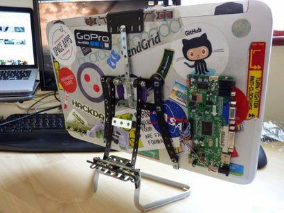 Turn an Old Laptop and Meccano into a Cool External Monitor with Stand