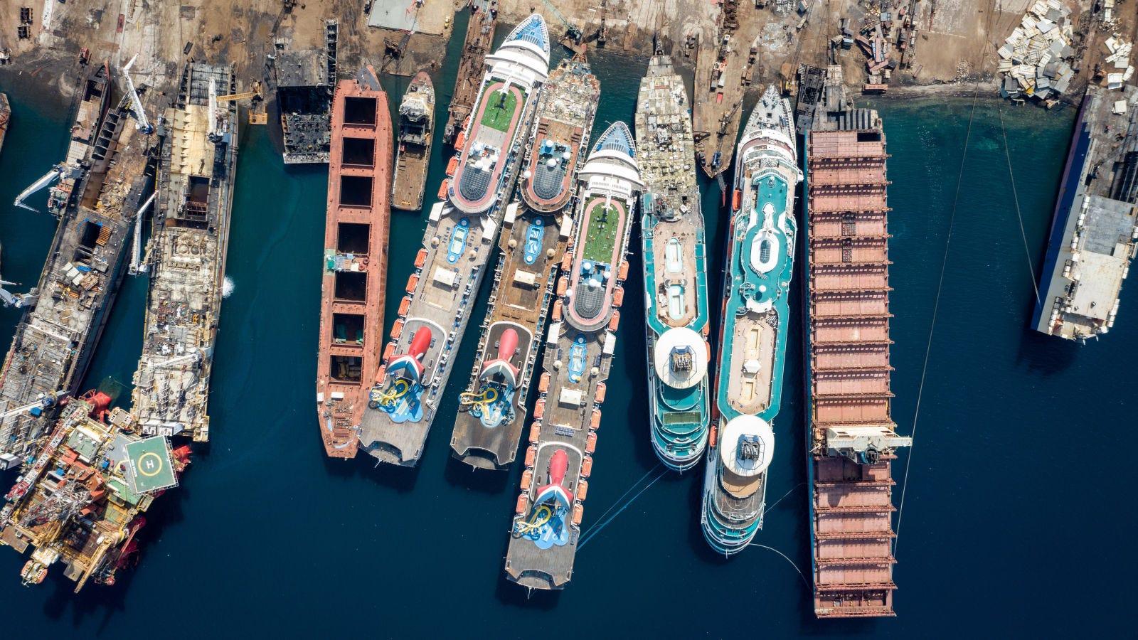 Illustration for article titled La otra cara de la pandemia: cruceros de lujo desmantelados como chatarra en un astillero