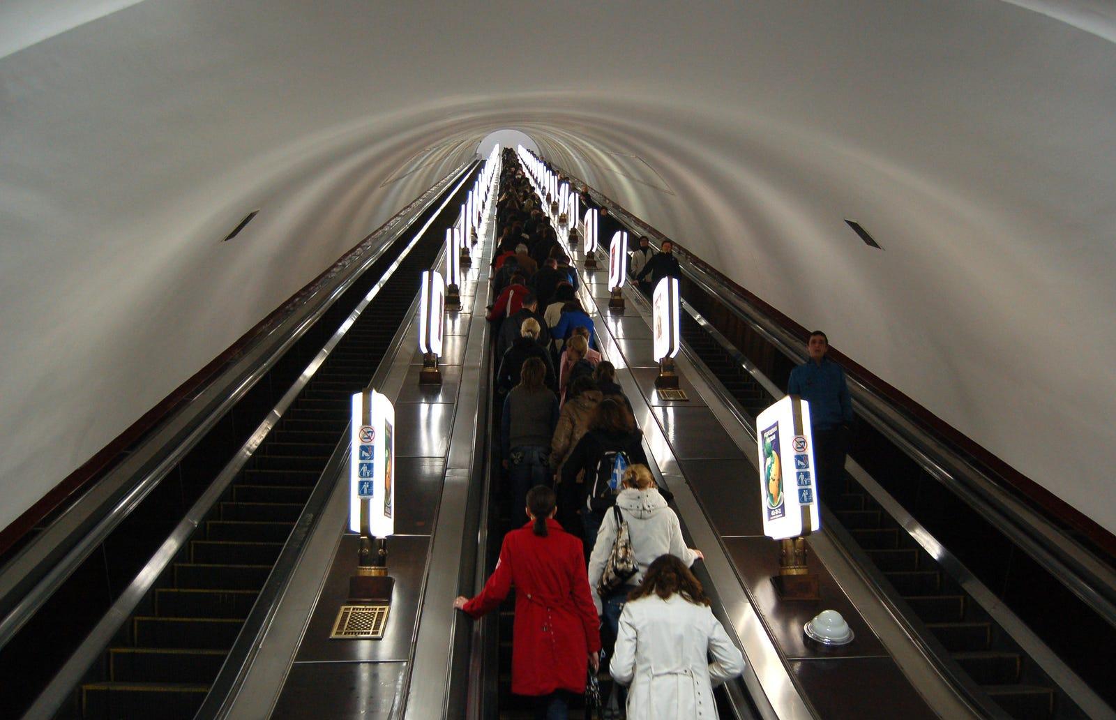 Illustration for article titled Esta estación de metro es tan profunda que la gente se sienta a leer en las escaleras mecánicas