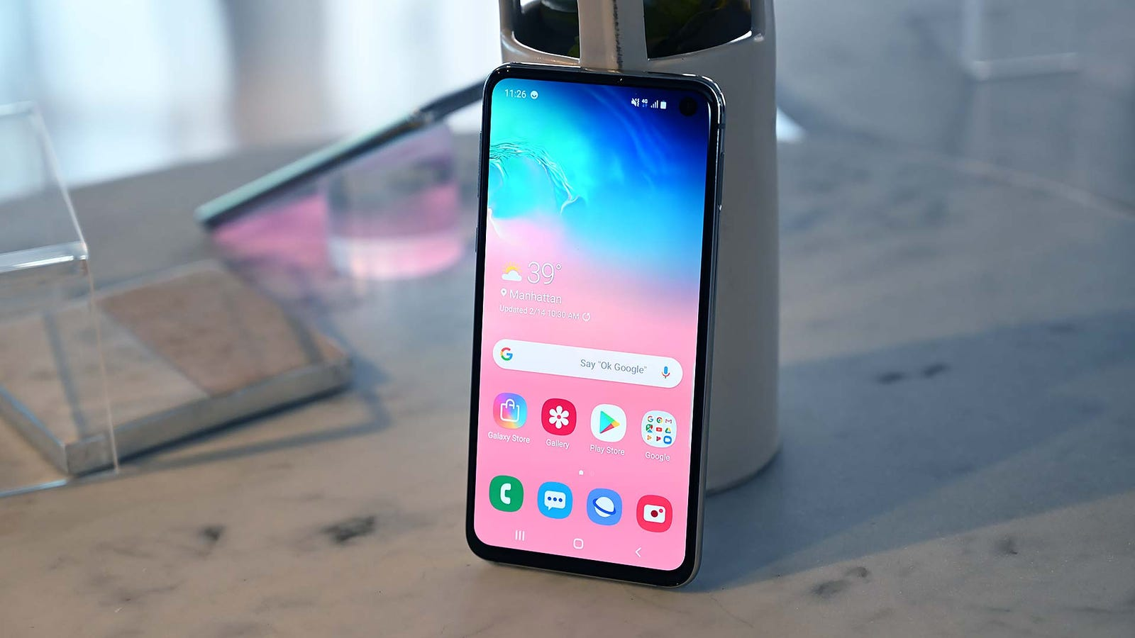 If you look close, you can see how the S10E's sides aren't curved like on the S8 and S9.