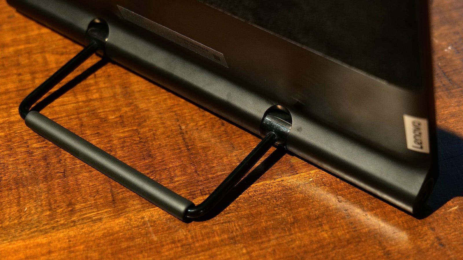 Hay una pequeña palanca en la parte trasera que permite colocar la tableta de diversas formas.