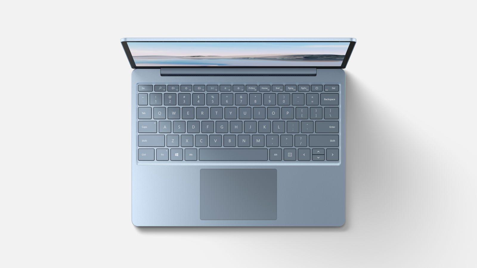 """Ese teclado se ve precioso sobre el color """"azul hielo""""."""