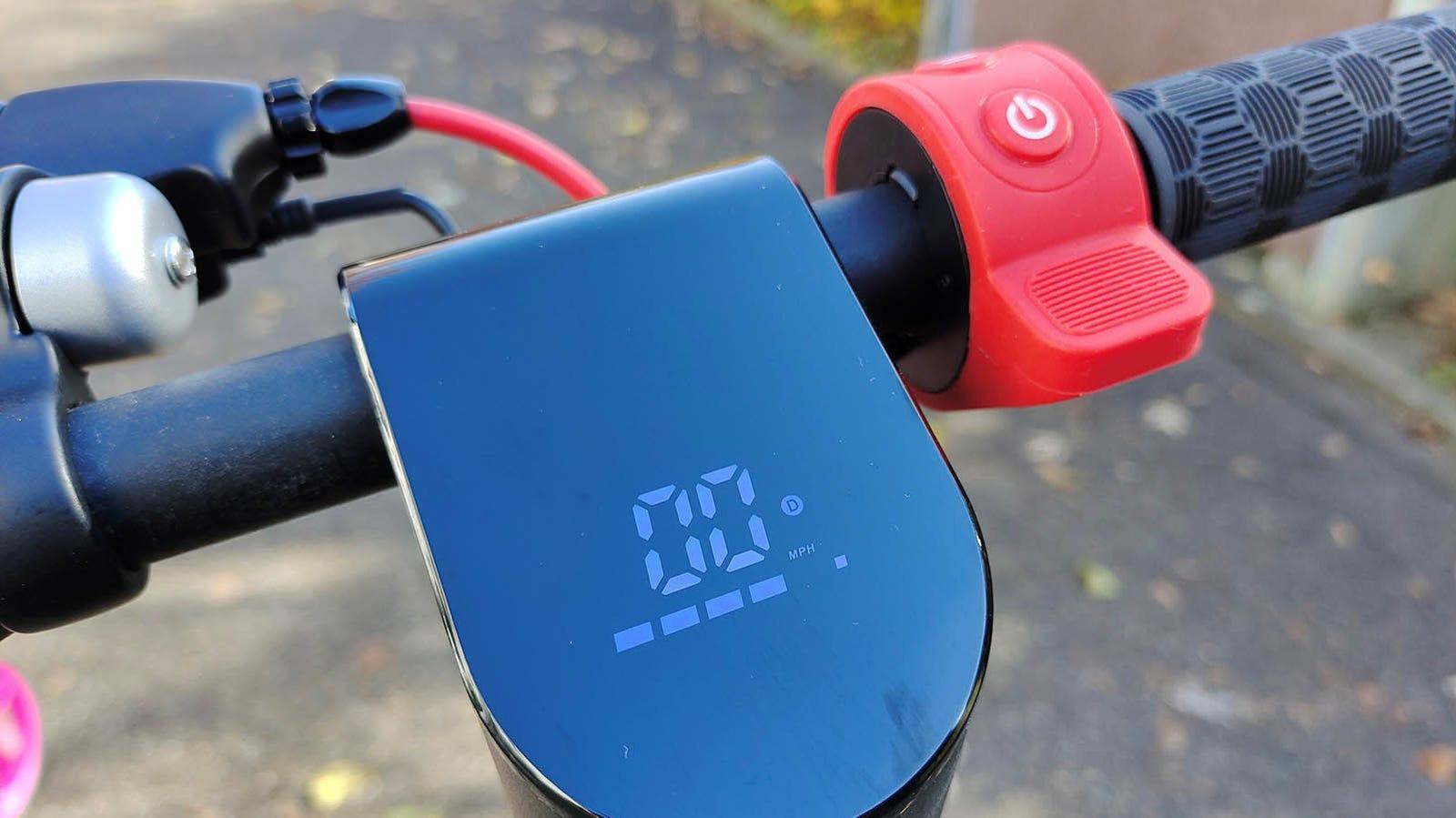 La pantalla muestra la velocidad, la batería y el modo en el que estamos.