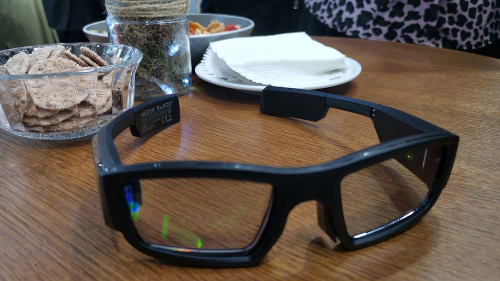 Las Vuzix Blade lucen como unas gafas (de sol en exteriores) más o menos normales.