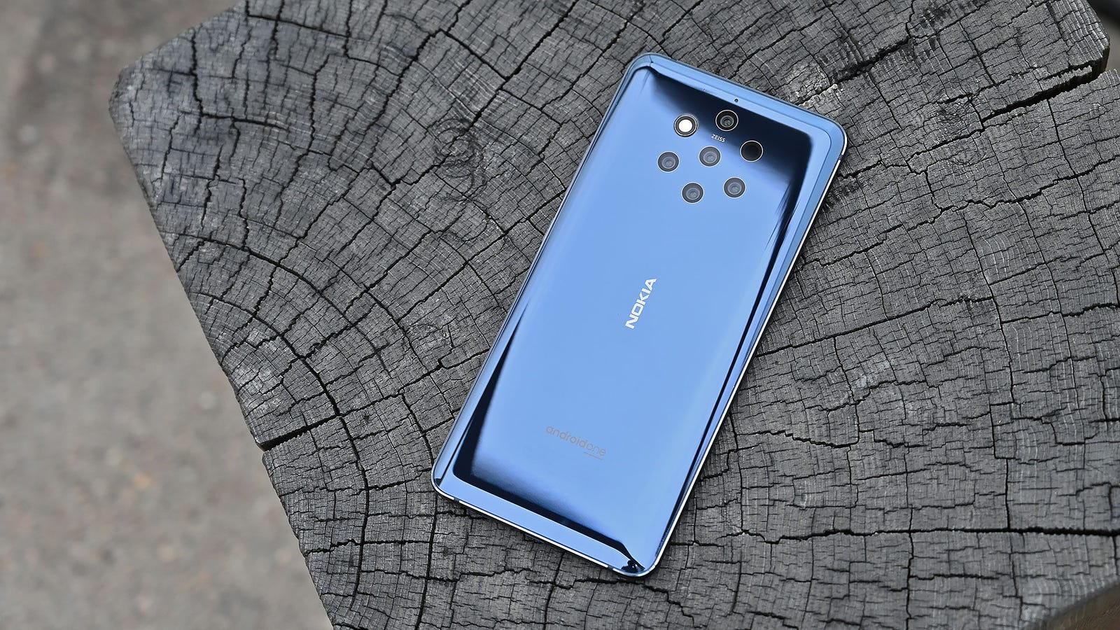 Even with five total cameras, the Nokia 9 doesn't have any camera bumps.