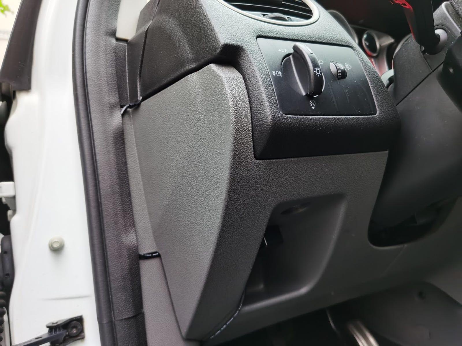 Detalle del puerto OBD en mi Ford Focus. Desde aquí es fácil pasar los cables por debajo de la goma y una ranura en la tapa superior del salpicadero sirve de guía hasta el centro del mismo.