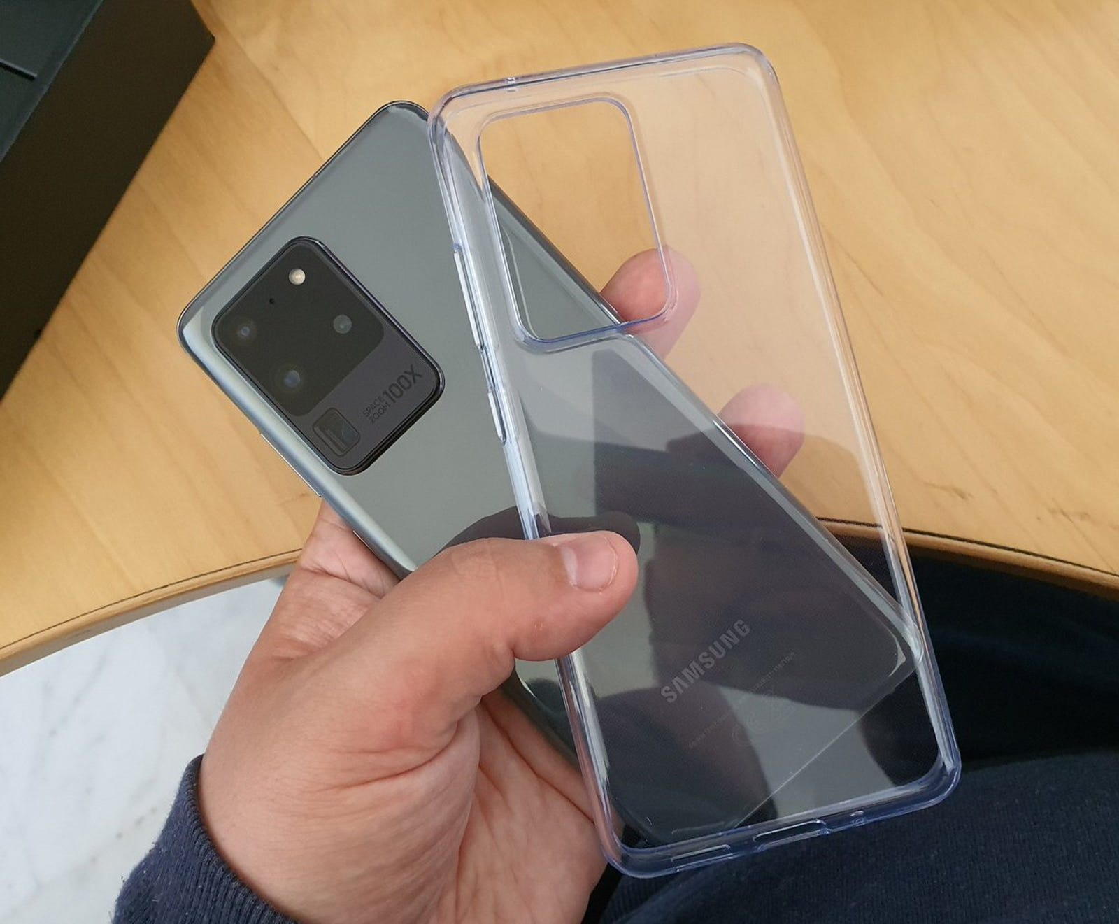 El Galaxy S20 Ultra viene con su propia funda transparente