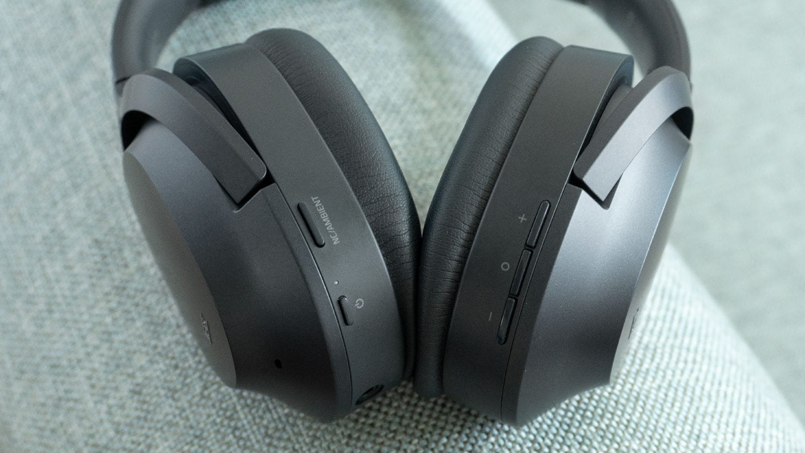 En vez de usar controles táctiles, los Razer Opus tienen botones físicos.