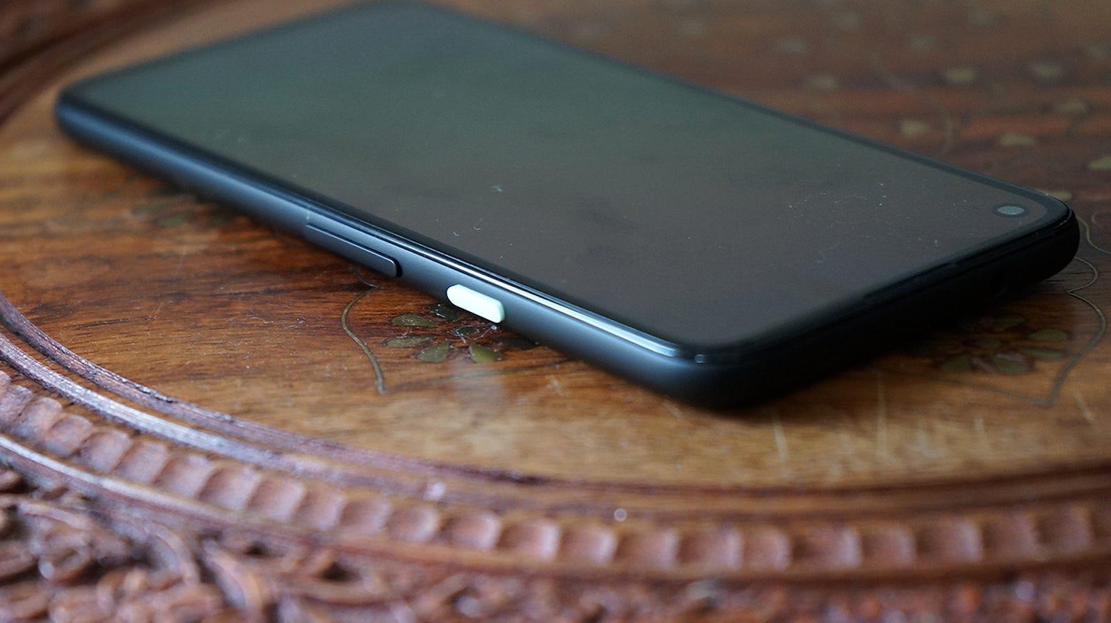 El botón de encendido es lo único que destaca en un rectángulo negro completamente minimalista.