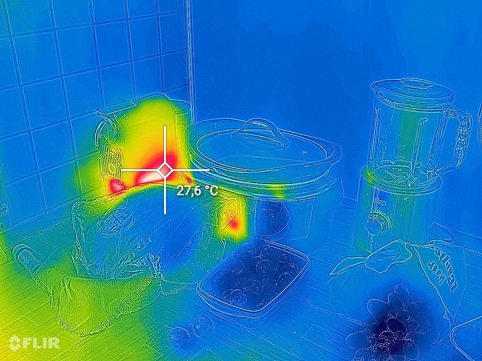 Recorrer la casa con la cámara FLIR hace que te hagas muchas preguntas como: ¿Por qué mi cafetera está tan caliente si está apagada?