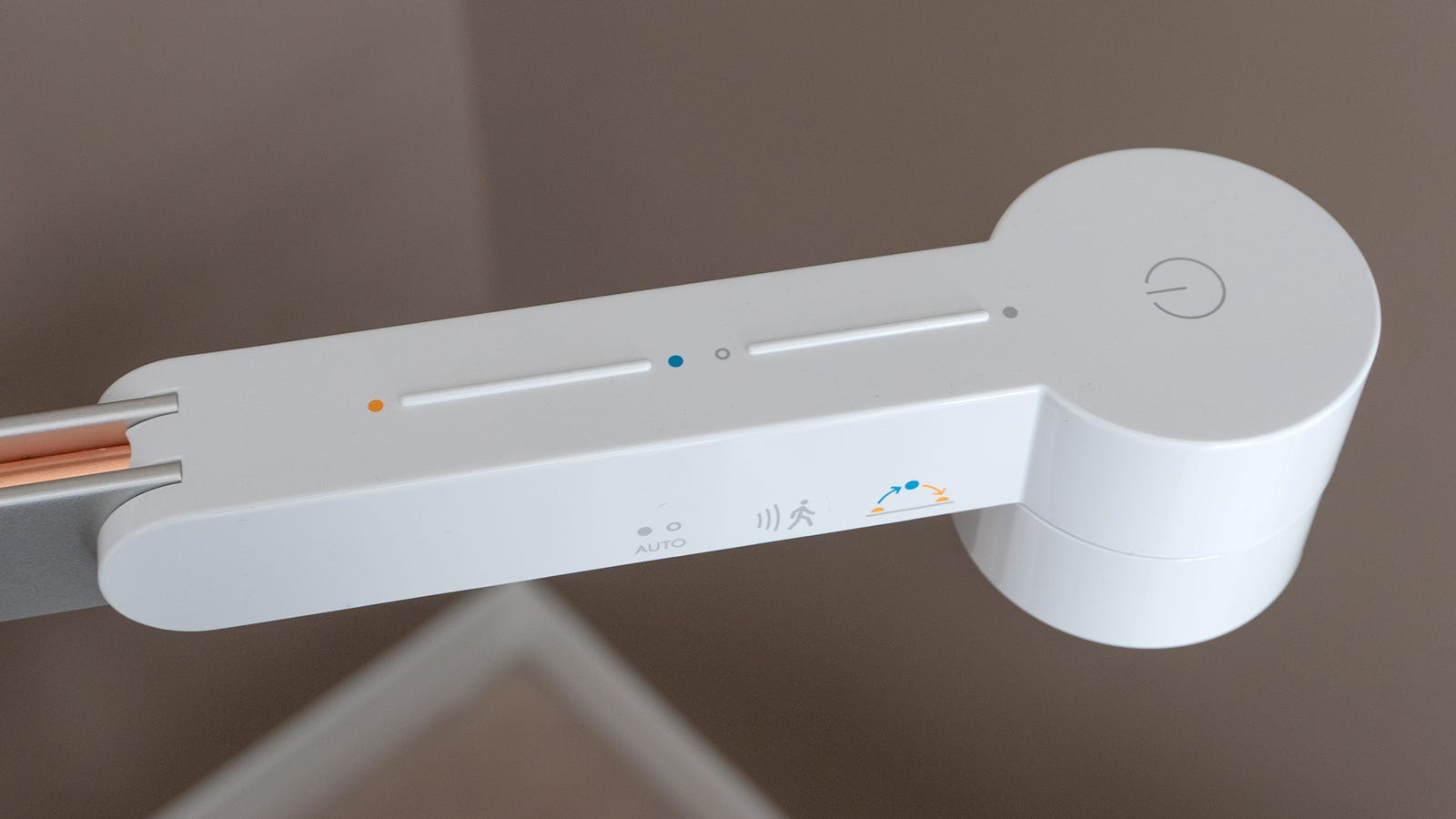 At the end of the horizontal arm, you'll find the lamp's LED light source, which can be manually operated using a pair of touch-sensitive strips that control the brightness of the illumination and the color temperature, or a touch-sensitive button to turn it on and off.