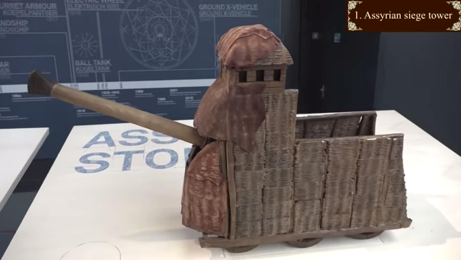 Torre de asedio asiria (700 antes de Cristo). No es un cañón, es un ariete.