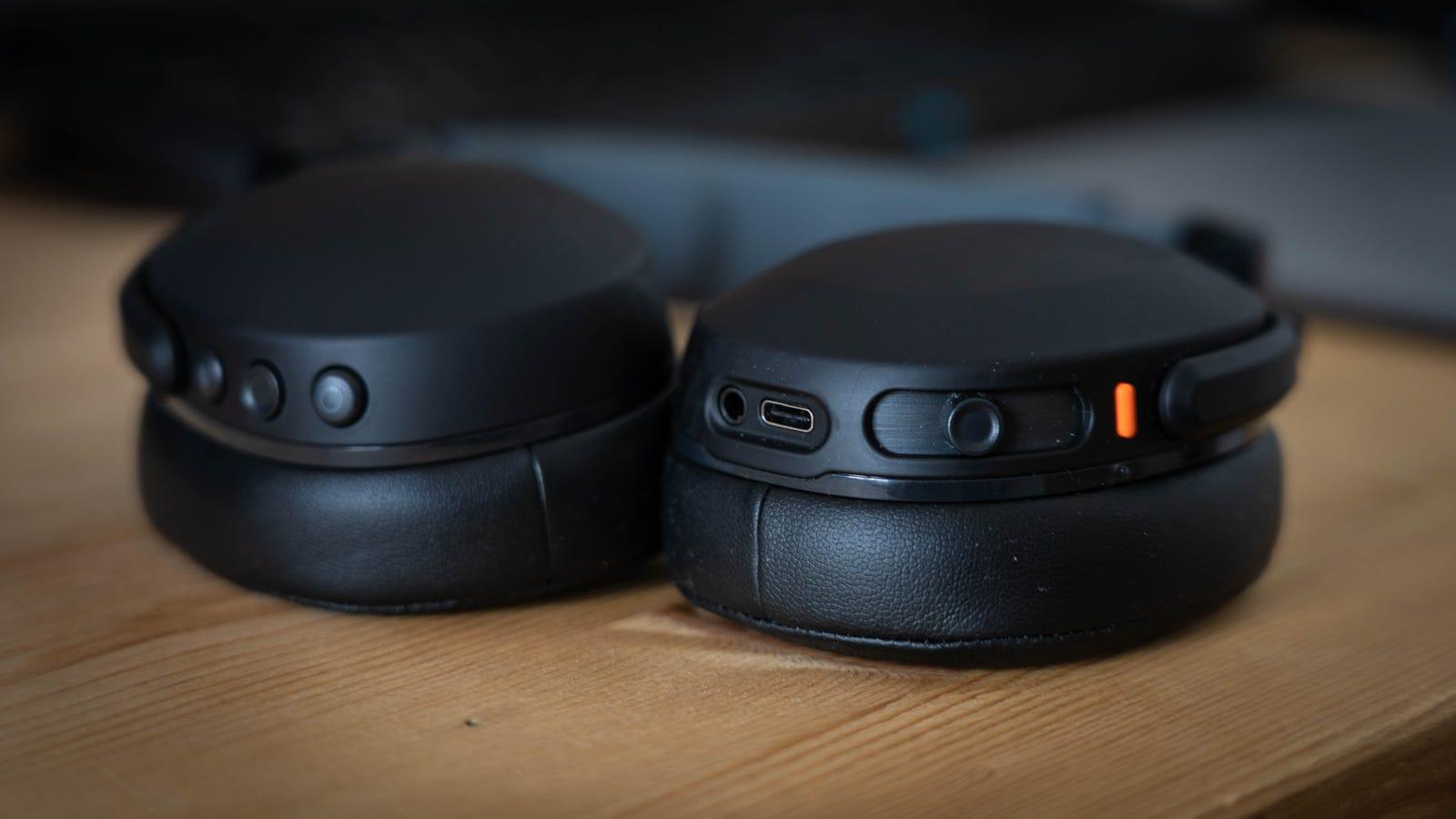Además del deslizador para controlar los graves también tienen un puerto USB-C y un jack de 3.5mm.