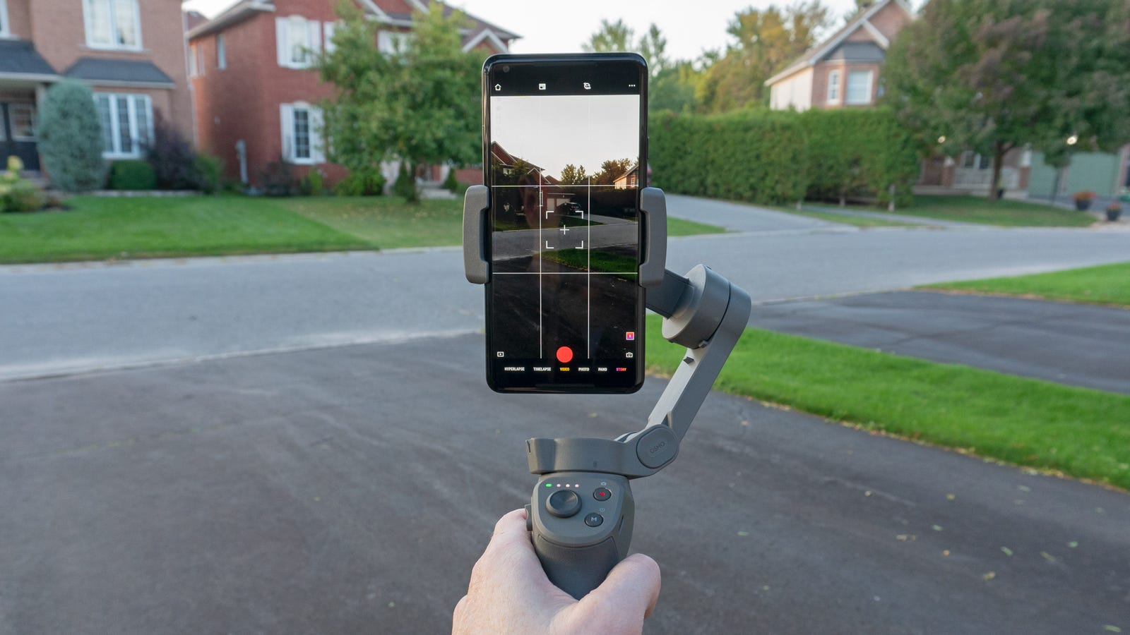 The Osmo 3 can now automatically switch between landscape and portrait orientations thanks to a dedicated motor powering the actual smartphone clamp.