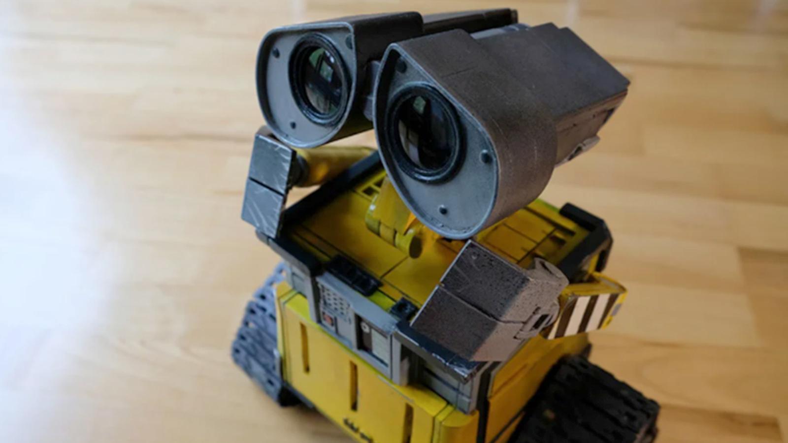 Réplica de Wall-e con piezas móviles motorizadas.