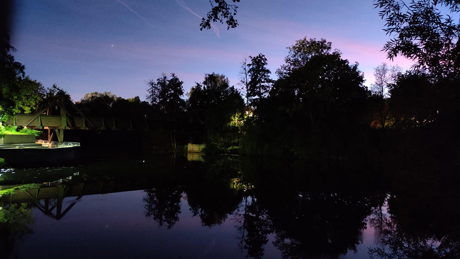 Foto nocturna en modo normal. Poco detalle en zonas oscuras y bastante grano, pero no está nada mal.