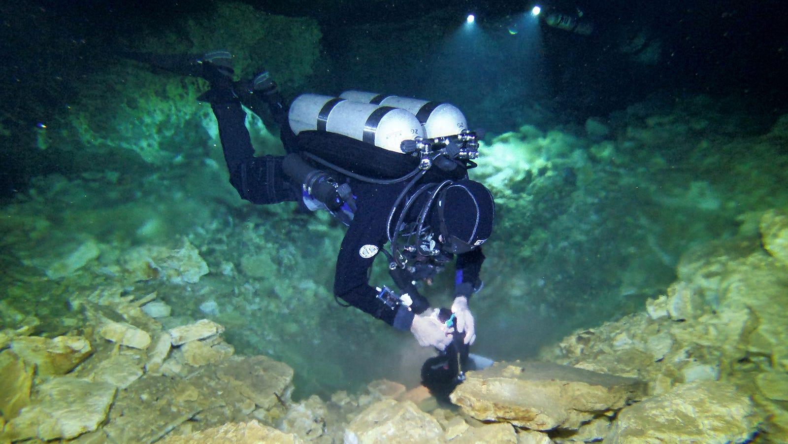 Un buzo examina un pozo de extracción de ocre y los restos mineros que dejaron los primeros habitantes del hemisferio occidental hace 10.000-12.000 años.