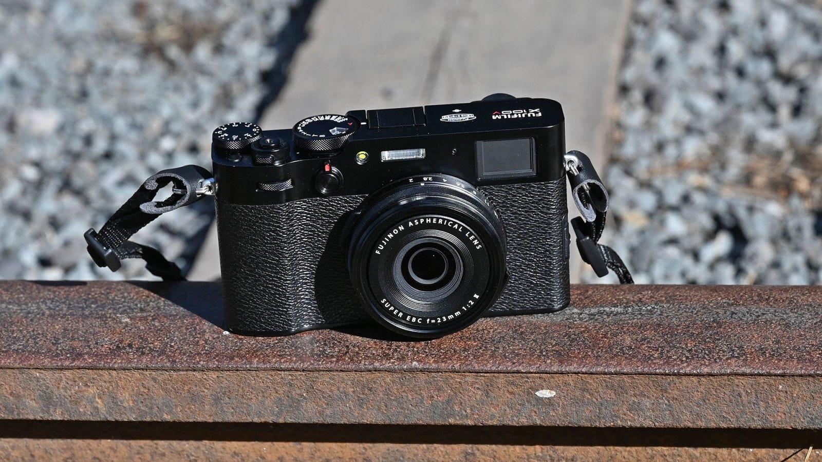 Como Fujifilm ha construido la lente dentro de la cámara, el resultado es más compacto que la X-Pro 3.  Foto: Sam Rutherford (Gizmodo)