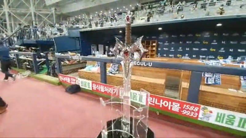 韩国棒球队用电玩剑庆祝冠军