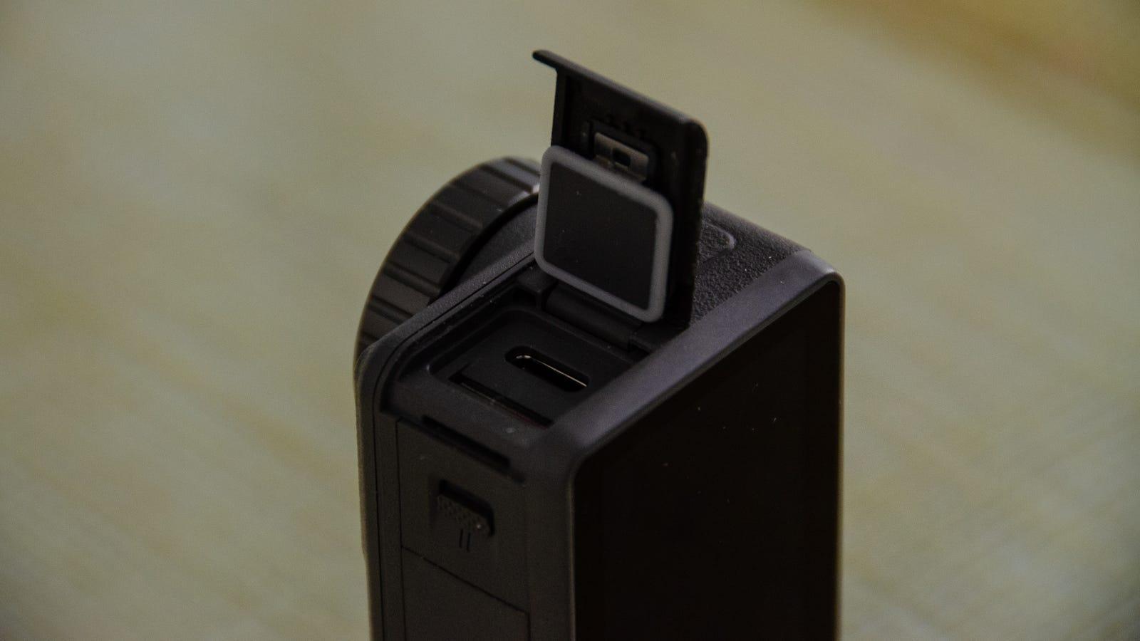 Sacar la tarjeta MicroSD de ahí a veces es algo frustrante.