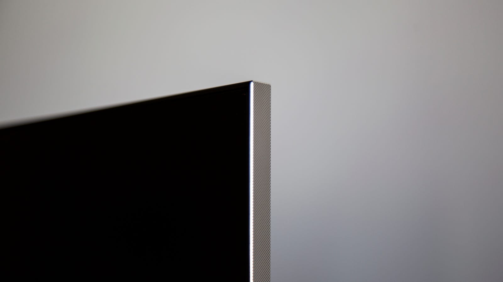 The textured aluminum edge provide a nice frame.