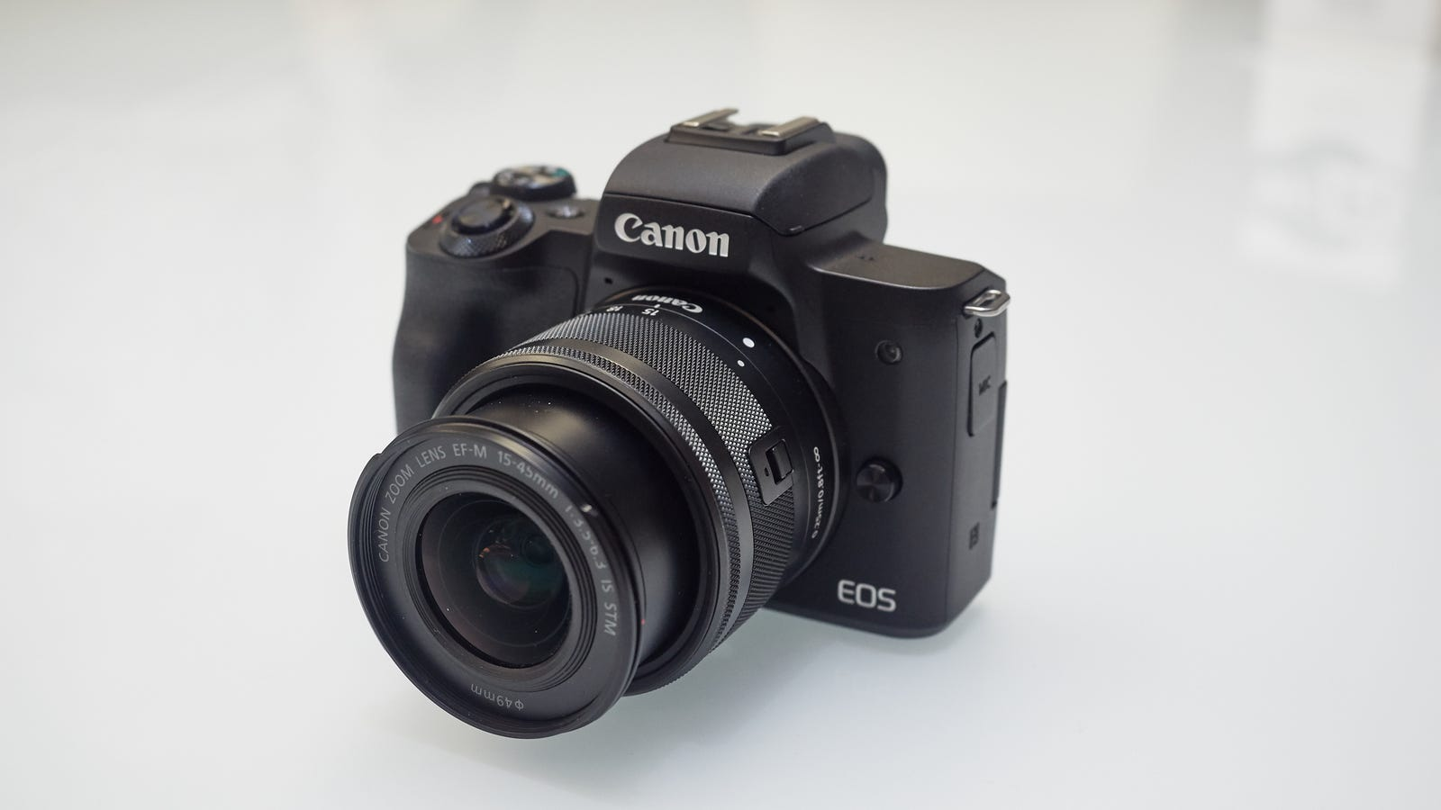 The EOS M50 is super light, even with an EF-M lens on it. Photo: Alex Cranz (Gizmodo)