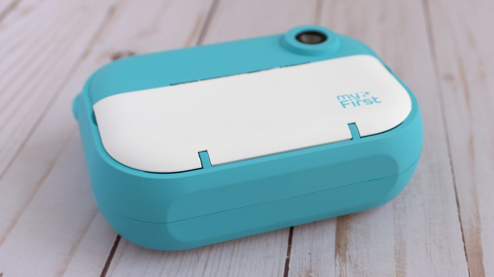 The teal parts of the camera have a soft silicone finish making it easier to grip, and the flattened bottom allows it to stand on its own, which is a nice design touch.
