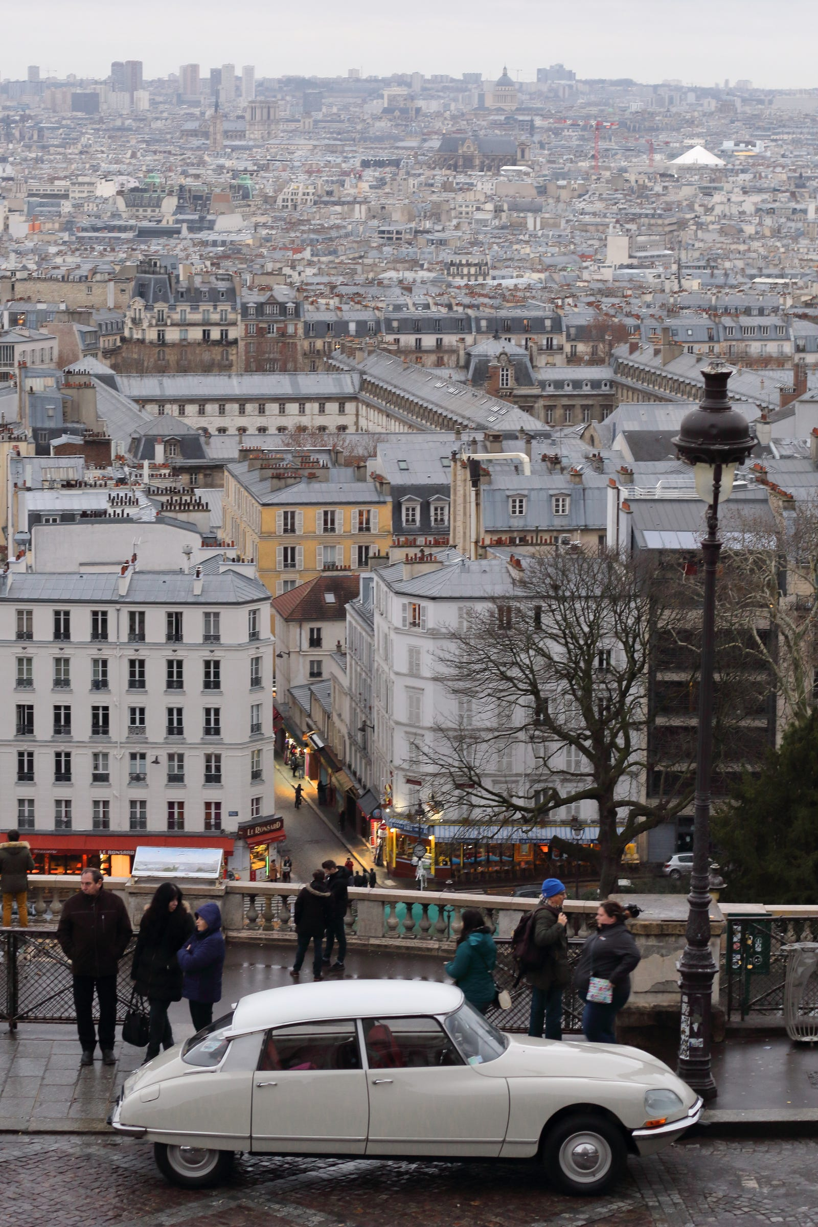 Illustration for article titled The Traversée de Paris is the best proof that everyone loves old cars, even in Paris!em/em