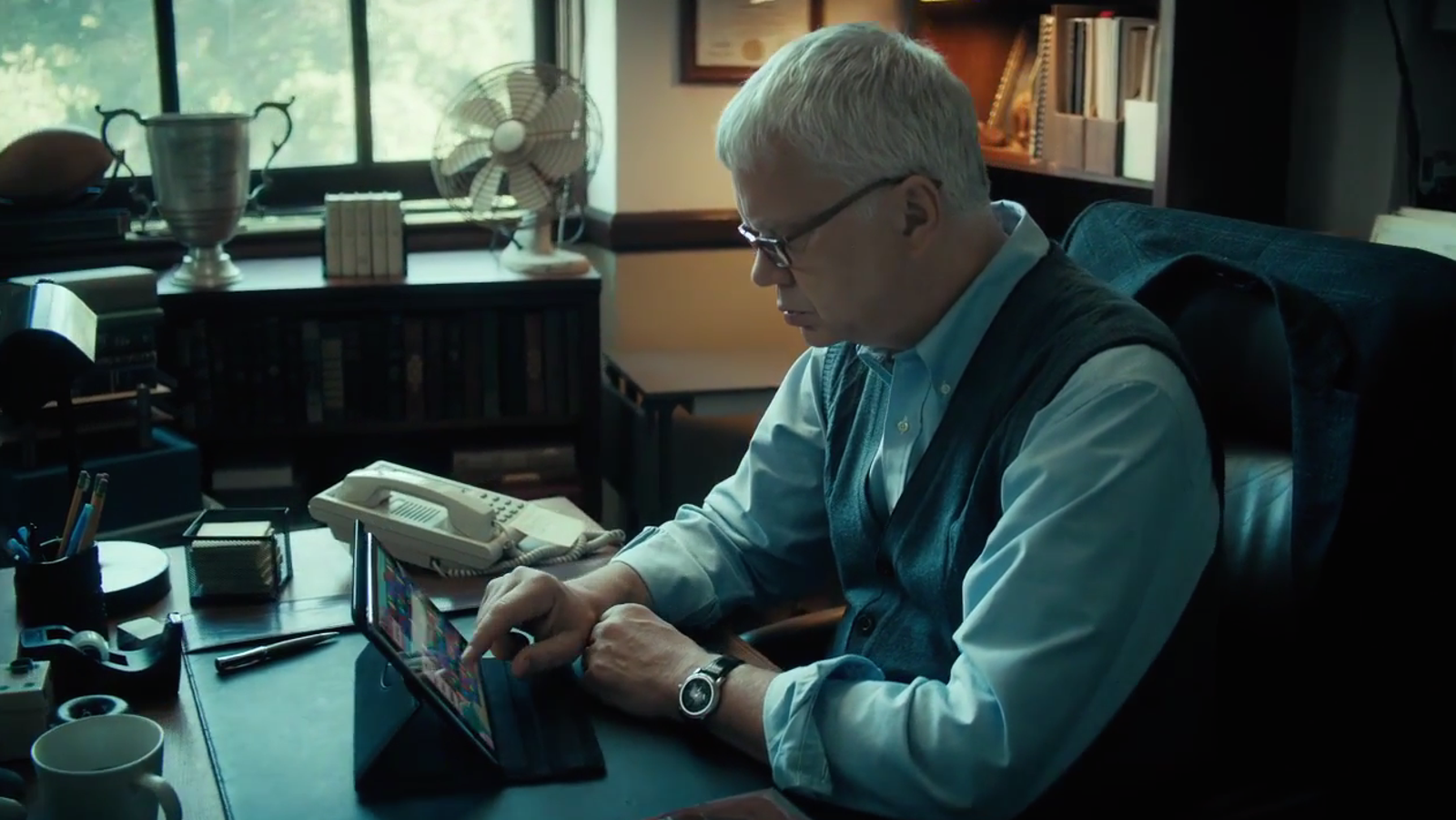 H. Gregory Boatwright (Tim Robbins), frowning at Bejeweled. Screenshot: HBO)
