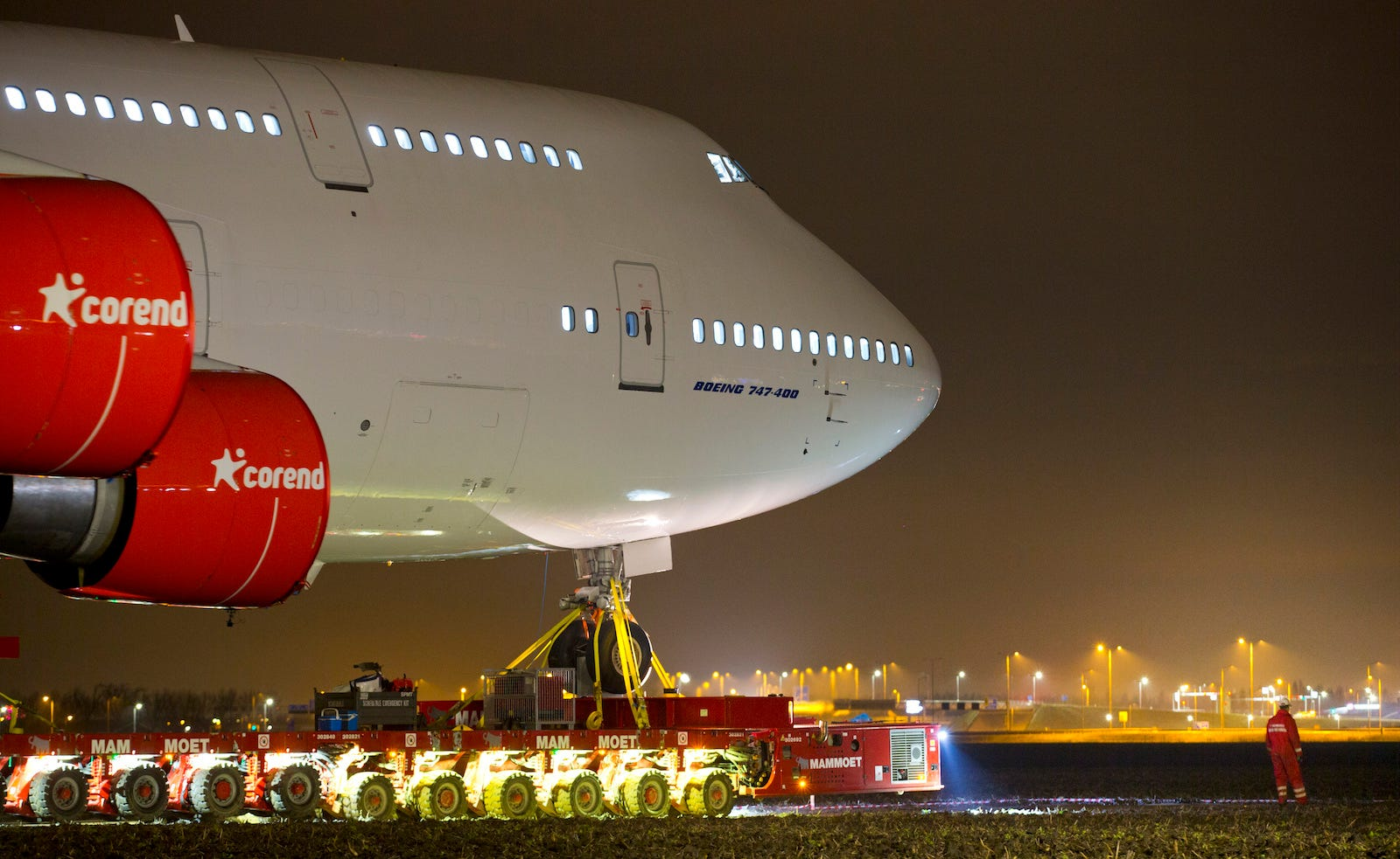 Illustration for article titled Así se traslada un Boeing 747 de 70 metros y 400 toneladas por carreteraem/em
