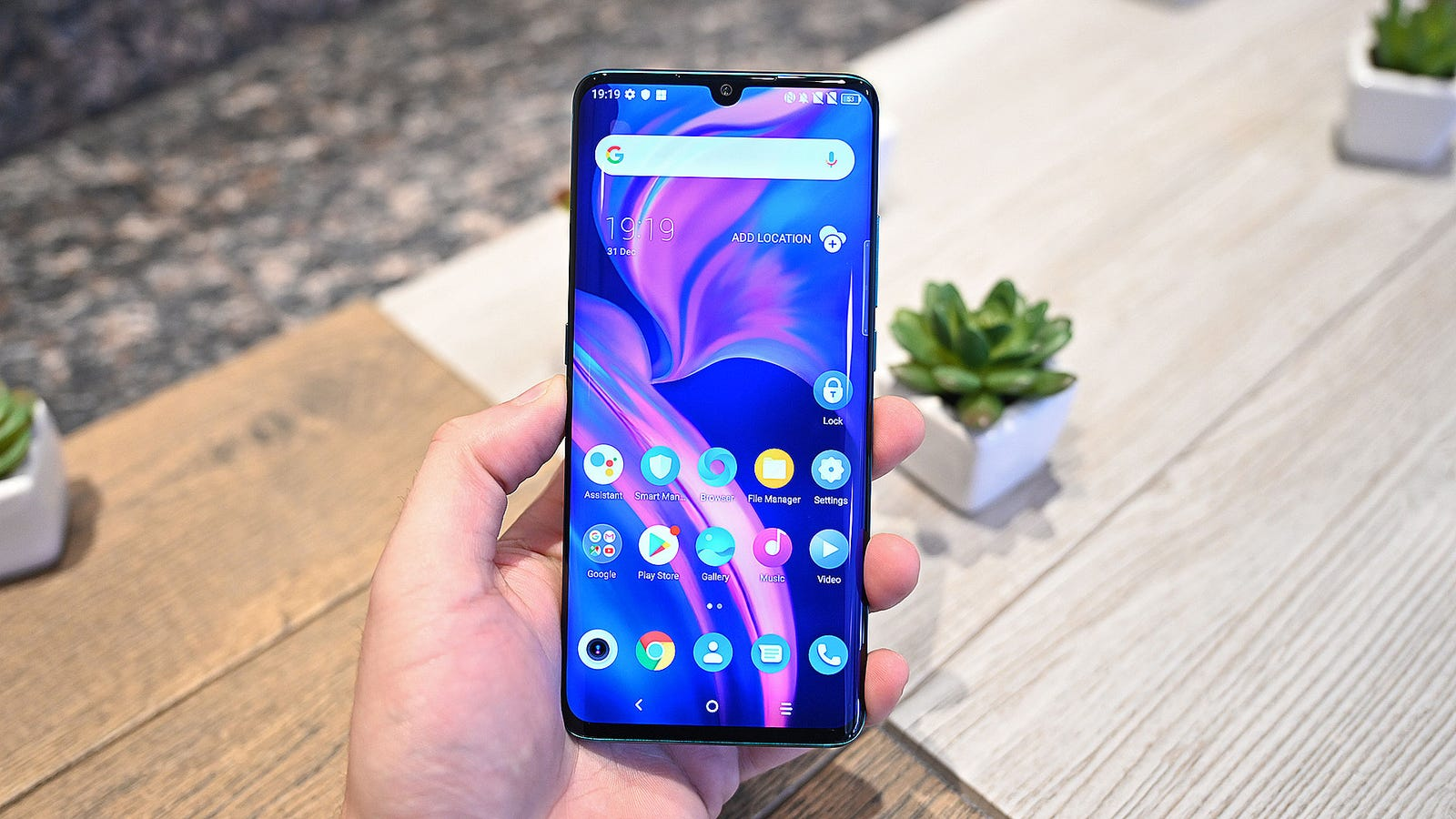 Illustration for article titled This Beautiful Smartphone Is Like an Affordable Samsung Galaxy S10