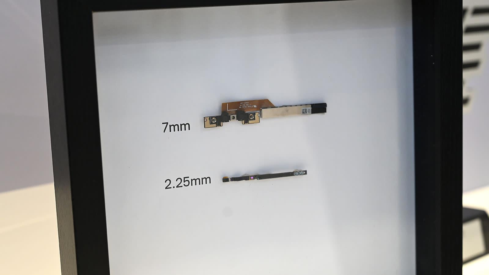Comparación de tamaño entre la cámara web del anterior XPS 13 y la nueva cámara web micro HD.
