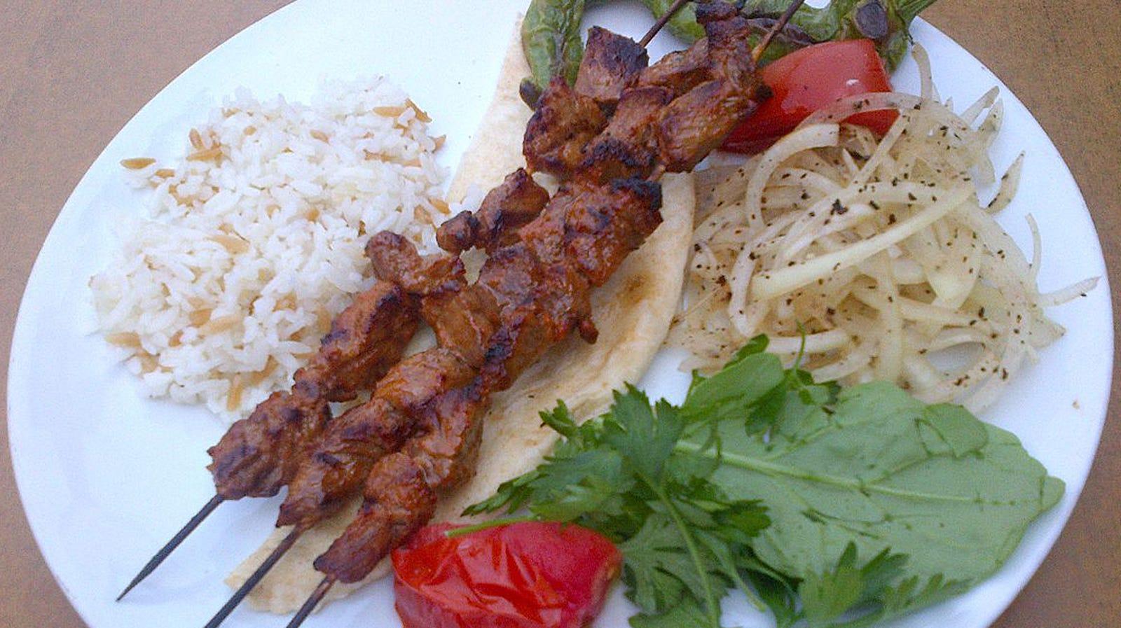 Shish Kebab: pinchos de carne macerada y asada a la parrilla. En Irán se llaman Chenjeh Kebab