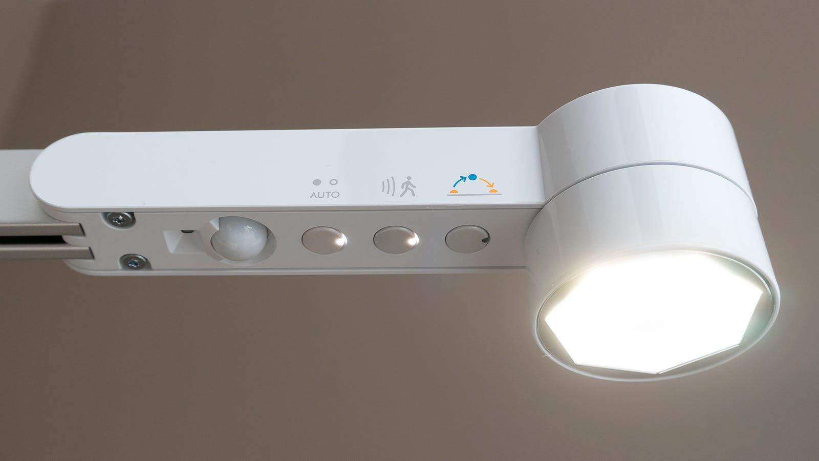 Automated features like a motion-sensing on/off function can be controlled using a trio of buttons on the underside.