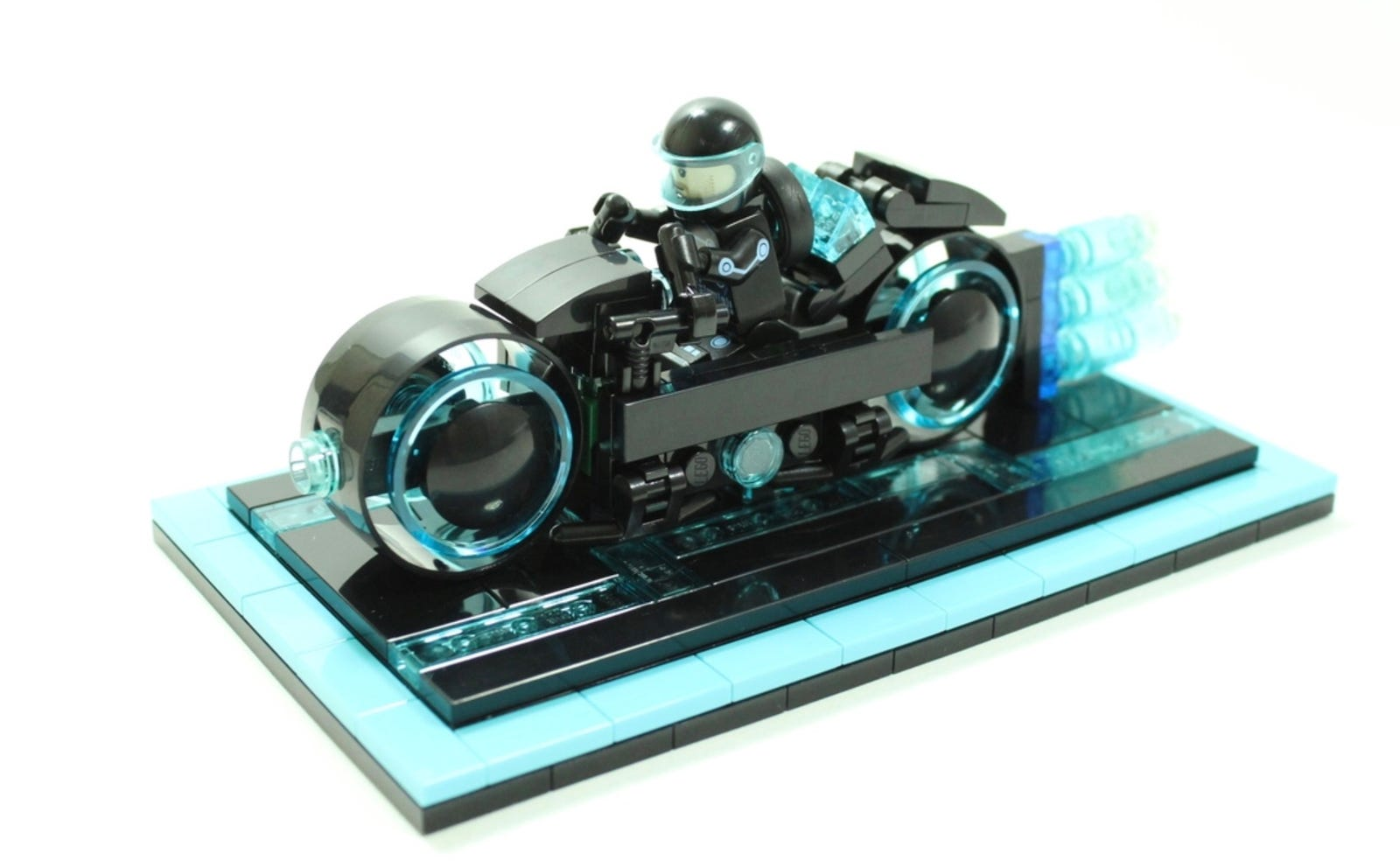 Illustration for article titled Lego Enters the Grid With This Fantastic iTron/i Lightcycle Set