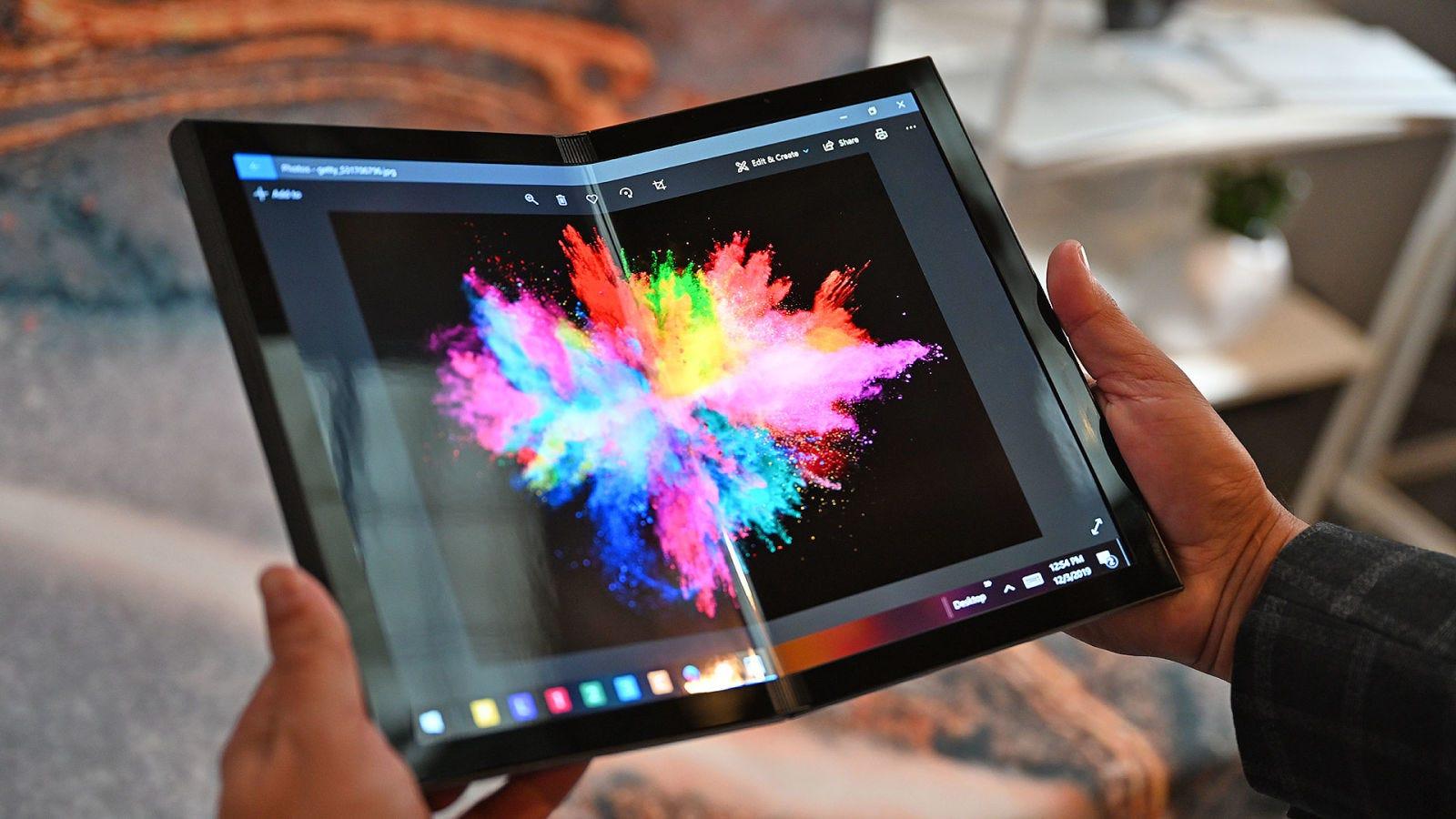 Aunque que la pantalla OLED flexible de Ori tenía ligeros cambios de color de un lado a otro, no tenía un pliegue notable como le pasaba al Samsung Fold. Foto: Sam Rutherford (Gizmodo)