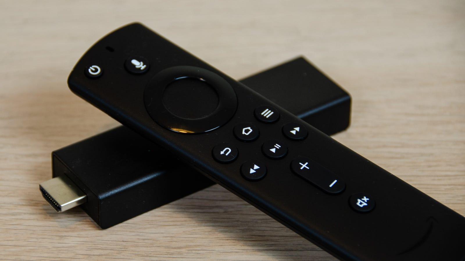 Tanto el mando como el Fire Stick son muy pequeños. Imagen: Julio Cerezo